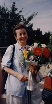 Photo of oboe d´amorist Julie Ann Giacobassi´s arrival in Budapest, with her presentation flowers. Ferihegy Airport, Budapest, Hungary (28 June 1999)