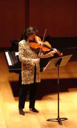 Photo of Ah Ling Neu, viola, presenting the New York première of Gilder-Lehrman Hall of The Morgan Library & Museum, New York City (9 March 2008)