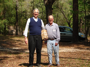 Photo of Harold Schiffman with folk fiddler and archivist Alan Jabbour. Suwannee Banjo Camp, O´Leno State Park, Florida (19 March 2006)